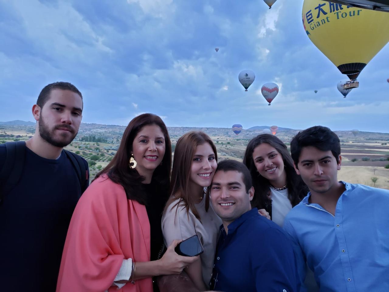 Malka con sus hijos Luis Carlos, Tania y su esposo Santiago Perea; Valentina y Andrés Vergara, durante un paseo en globo en Capadocia, Turquía, el año pasado.